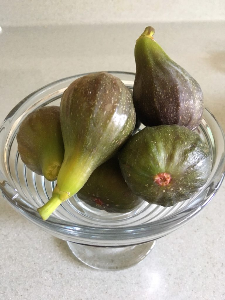 Green figs in a bowl